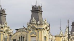 在屋顶的雕象 免版税库存照片