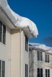 在屋顶的雪漂泊 图库摄影