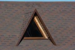 在屋顶的顶楼三角窗口 免版税图库摄影
