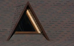 在屋顶的顶楼三角窗口 免版税库存图片
