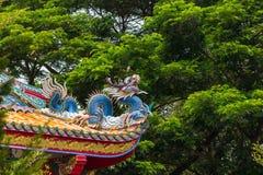 在屋顶的龙雕塑在寺里 免版税库存照片