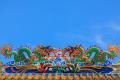 在屋顶的龙雕塑 免版税库存照片