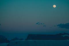 在屋顶的满月 库存照片