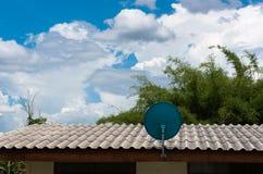 在屋顶的绿色卫星盘有美丽的蓝天的 免版税库存照片