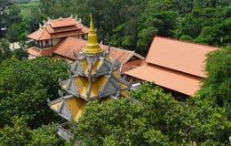在屋顶的Buu长的寺庙鸟瞰图在胡志明市, 库存图片