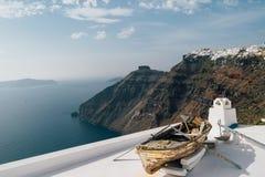 在屋顶的Decorational小船在圣托里尼海岛上,希腊语 库存图片