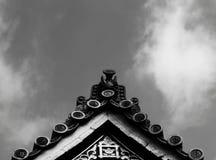 在屋顶第2部分顶部的保护的龙 图库摄影