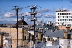在屋顶视图的天线电缆 免版税库存照片