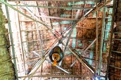 在屋顶里面神色由干棕榈叶和竹棍子结构制成 图库摄影