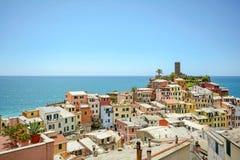 在屋顶韦尔纳扎风景和城堡,村庄的看法在五乡地,利古里亚意大利 库存照片