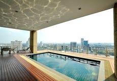在屋顶顶层池的城市视图 免版税图库摄影