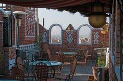 在屋顶,耶路撒冷旧城Sana'a,雾的在石曲拱后,也门萨利赫清真寺的看法的表 库存照片