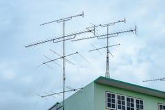 在屋顶绿色的天线电视 库存照片
