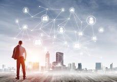 在屏幕上画的社会连接概念作为配合和合作的标志 免版税库存图片