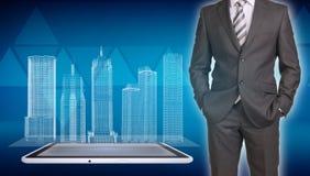 在屏幕上的商人和导线框架大厦 免版税库存照片
