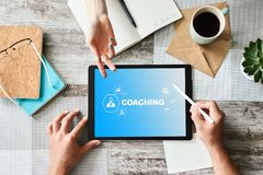 在屏幕上的教练和良师概念 自我发展和个人成长 库存照片