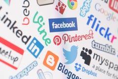 在屏幕上的普遍的社会媒介网站商标 库存照片
