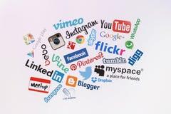 在屏幕上的普遍的社会媒介网站商标 免版税库存图片