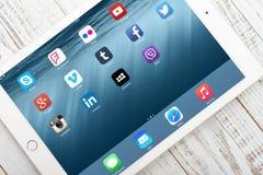 在屏幕上的社会媒介象iPad空气2 免版税库存图片
