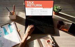 在屏幕上的网上纳税申报应用 r 免版税库存照片