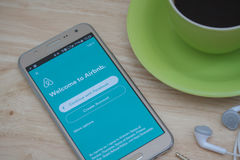 在屏幕上的Moblie电话开放Airbnb应用 Airbnb是租赁的人的一个网站能列出,发现和寄宿 图库摄影