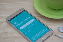在屏幕上的Moblie电话开放Airbnb应用 Airbnb是租赁的人的一个网站能列出,发现和寄宿 免版税库存照片