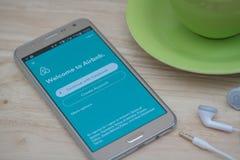 在屏幕上的Moblie电话开放Airbnb应用 Airbnb是租赁的人的一个网站能列出,发现和寄宿 库存图片