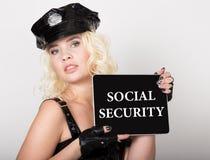 在屏幕写的社会保险 技术、互联网和网络概念 美好的女性警察藏品 库存图片