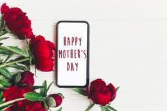 在屏幕电话和美好的红色p的愉快的母亲` s天文本标志 图库摄影