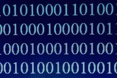 在屏幕,宏观射击上的二进制编码 技术互联网背景 免版税库存图片