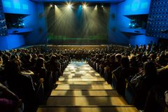 在展示前的阶段 观众在大厅里 在阶段的聚光灯 年轻观众的剧院 俄罗斯,萨拉托夫 库存图片