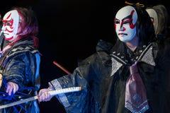 在展示期间,日语掩没了有katana剑的舞蹈家, 免版税图库摄影