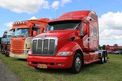 在展示的红色Peterbilt卡车 免版税库存照片