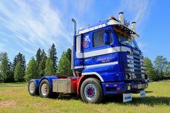 在展示的蓝色斯科讷143H卡车拖拉机 图库摄影