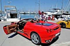 在展示的豪华汽车在小游艇船坞 免版税库存图片