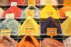在展示的香料在盛大义卖市场在伊斯坦布尔,土耳其 库存照片