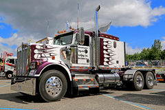 在展示的经典Kenworth W900B卡车拖拉机 免版税图库摄影