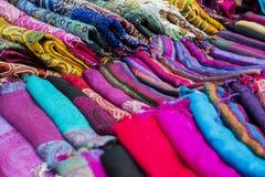 在展示窗口的多彩多姿的织品 库存图片