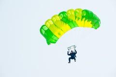 在展示节目的伞兵下降 免版税图库摄影
