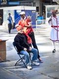 在屠妖节节日期间,得到头巾的人投入了他的头 免版税库存照片
