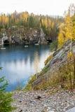 在山、湖和小船的Automn雨 免版税库存照片