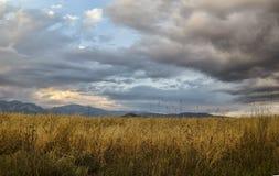 在山、绿色草甸和深蓝天空的美好的夏天风景与云彩 大高加索 阿塞拜疆 免版税图库摄影