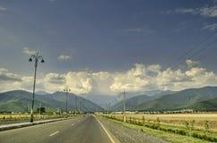 在山、绿色草甸和深蓝天空的美好的夏天风景与云彩 大高加索 阿塞拜疆 库存照片