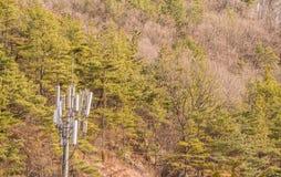 在山一边的手机塔 免版税库存照片