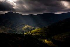 在山上的不祥的天空 免版税库存图片