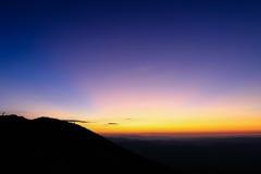 在山上的五颜六色的天空在日出之前 库存图片