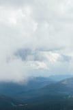 在山上的多云greay天空 免版税库存图片