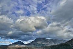 在山上的美丽的多云蓝天 免版税库存照片