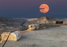 在山上的超级月亮 免版税库存图片
