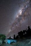在山上的银河房子 免版税库存图片